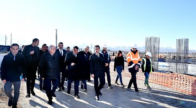 Kuru Kayısı Lisanslı Depoculuk ve Borsası inşaatında  incelemelerde bulunan Başkan Gürkan