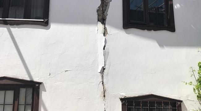Depremden hasar gören evleri için yetkililerden haber bekliyorlar