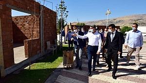 Malatya Valisi Baruş depremzede konutlarını inceledi