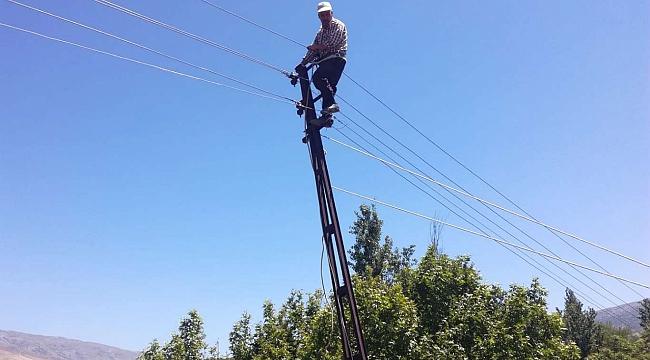 Elektrik direğinde mahsur kalan şahıs kurtarıldı
