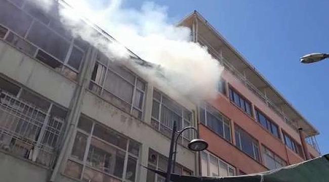 İş merkezinin çatısında çıkan yangın korkuya neden oldu